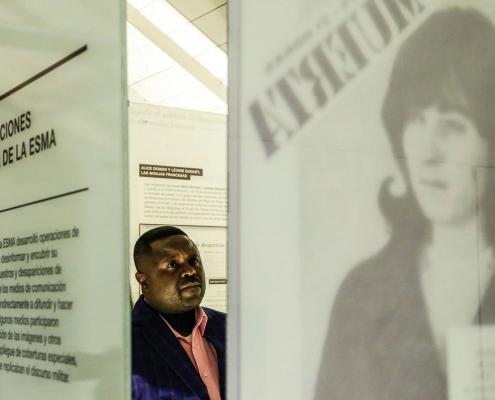 Pascal Taruvinga visitando la muestra permanente del Museo Sitio de Memoria ESMA.