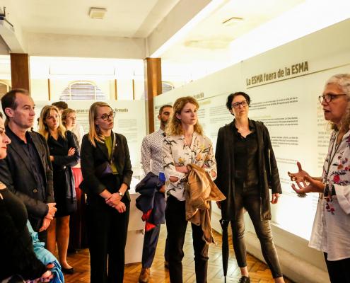 La visita guiada de la muestra estuvo a cargo de la Directora Ejecutiva del Museo, Alejandra Naftal.